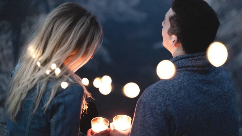pár világítással randevúzik