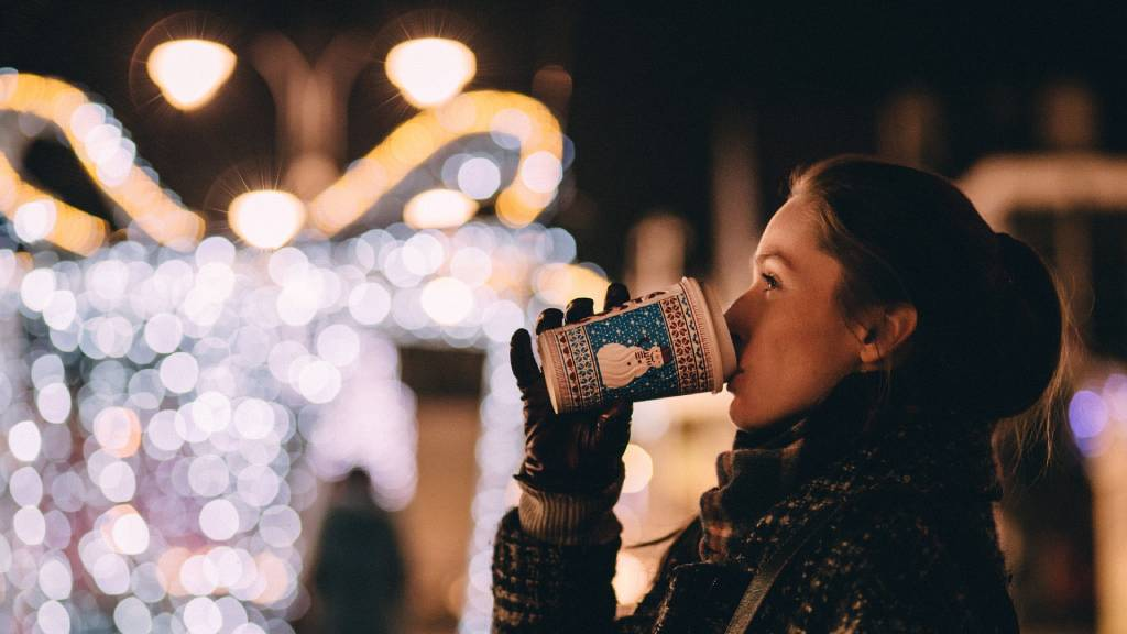 karácsonyi nő forró italt iszik