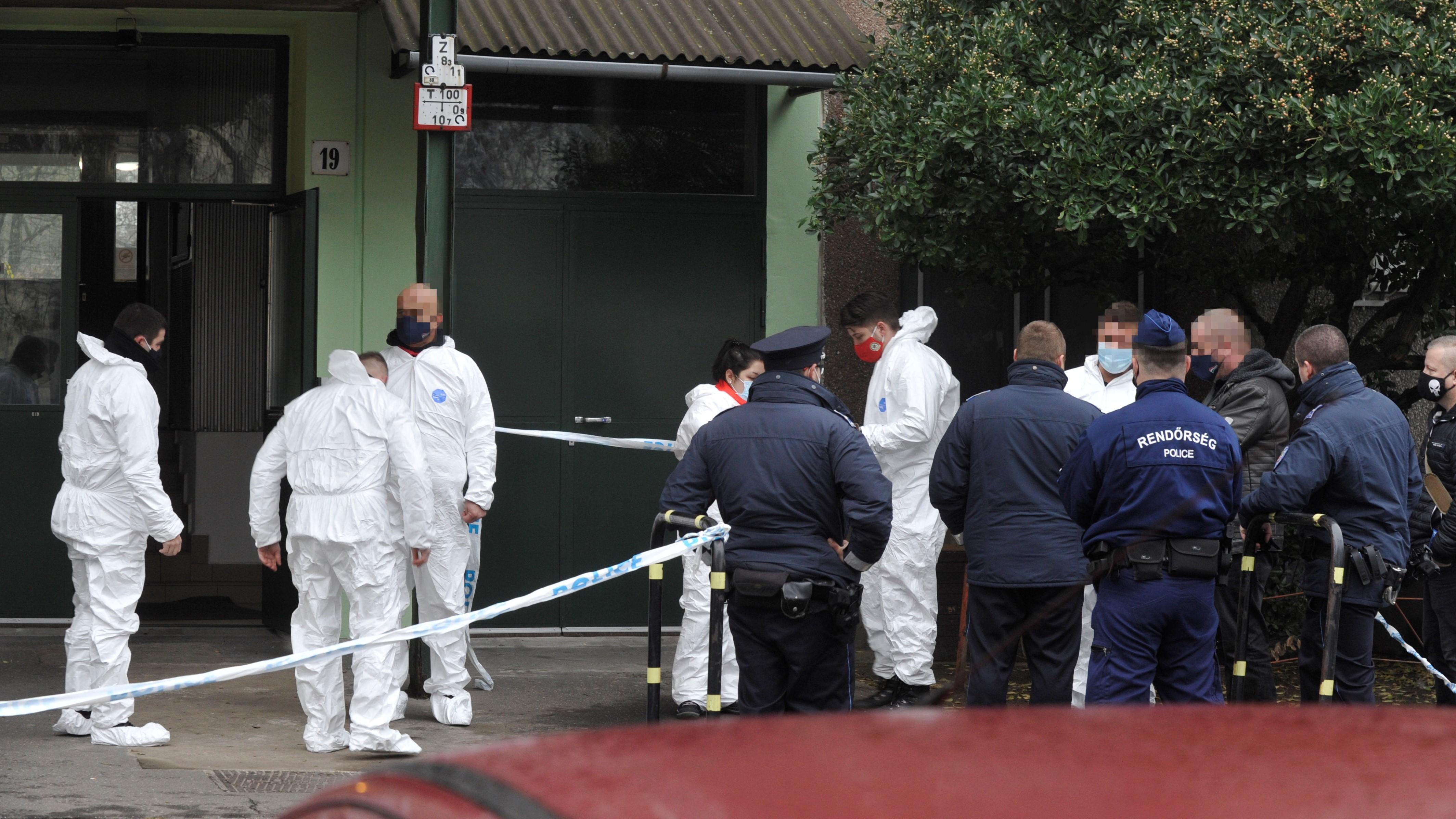 Budapest, 2020. december 24.Rendőrségi helyszínelők 2020. december 24-én egy IV. kerületi társasház előtt, ahol egy rendőr lelőtte a járőrtársa életére törő férfit. A késes támadó a helyszínen meghalt, a sérült rendőrt kórházba vitték.MTI/Mihádák Zoltán