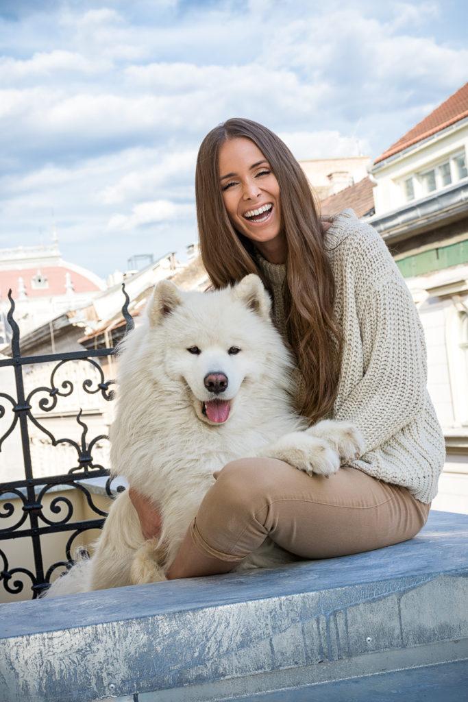 Sydney és kutyája, Lio (Fotó: Sydney van den Bosch)
