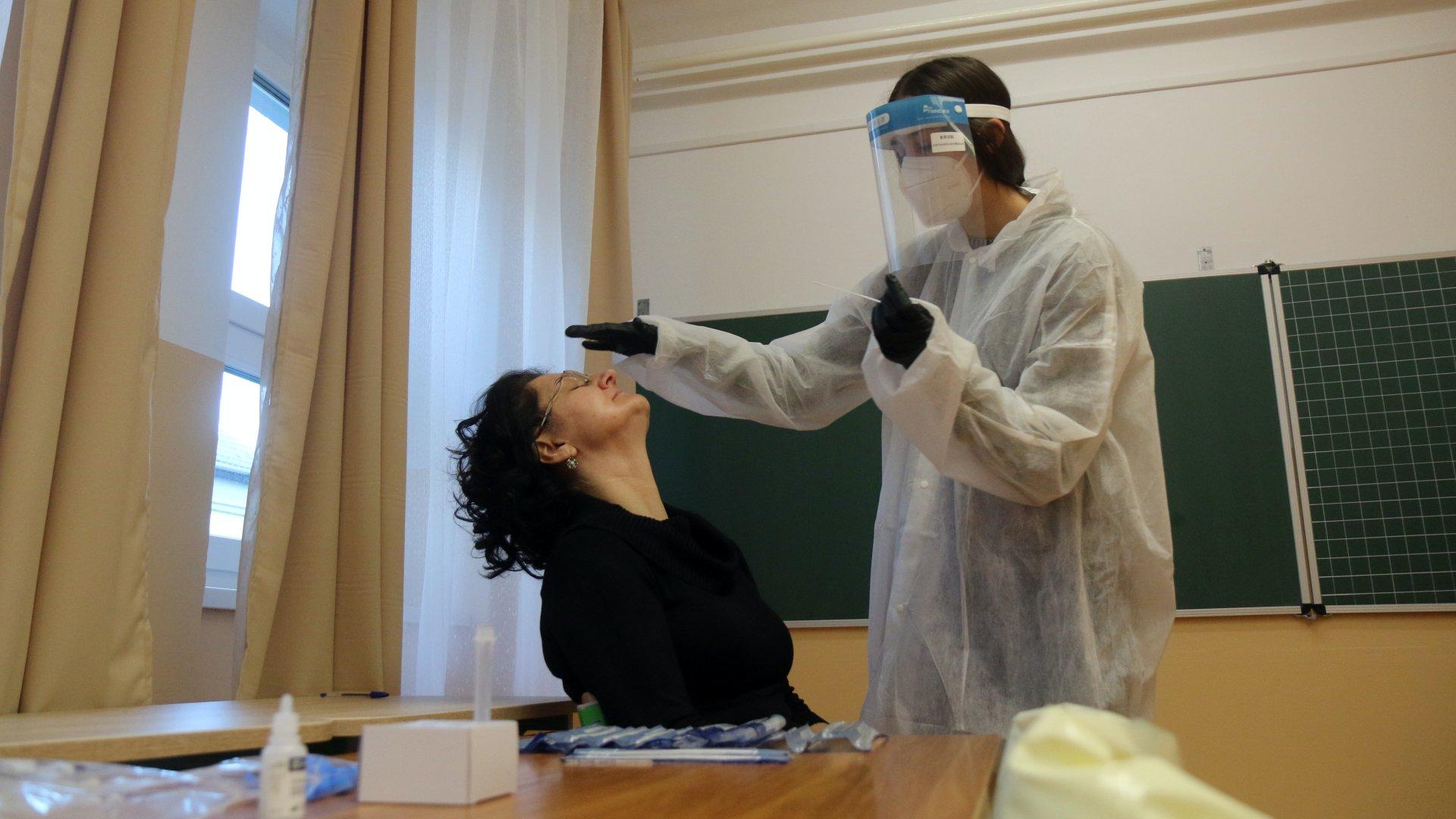 Koronavírus-teszt a tanárok között