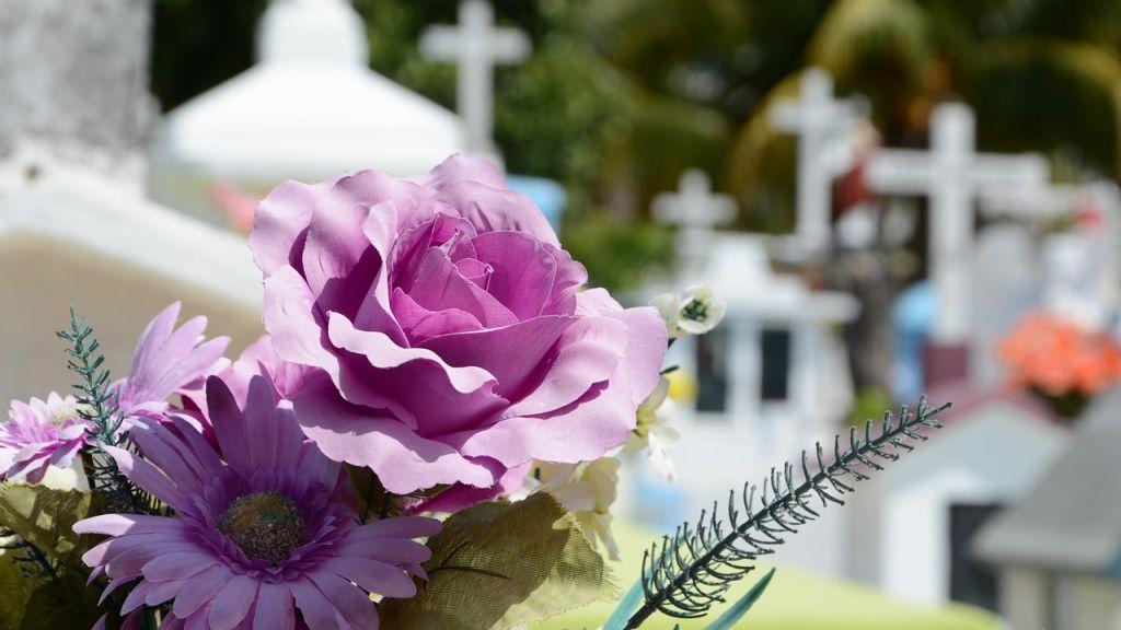 Virág egy síron a temetőben
