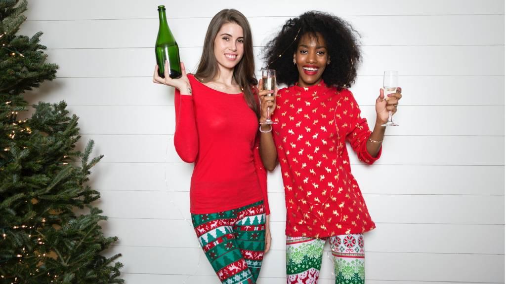 boldog pirus ruhás szilveszterező nők pezsgővel