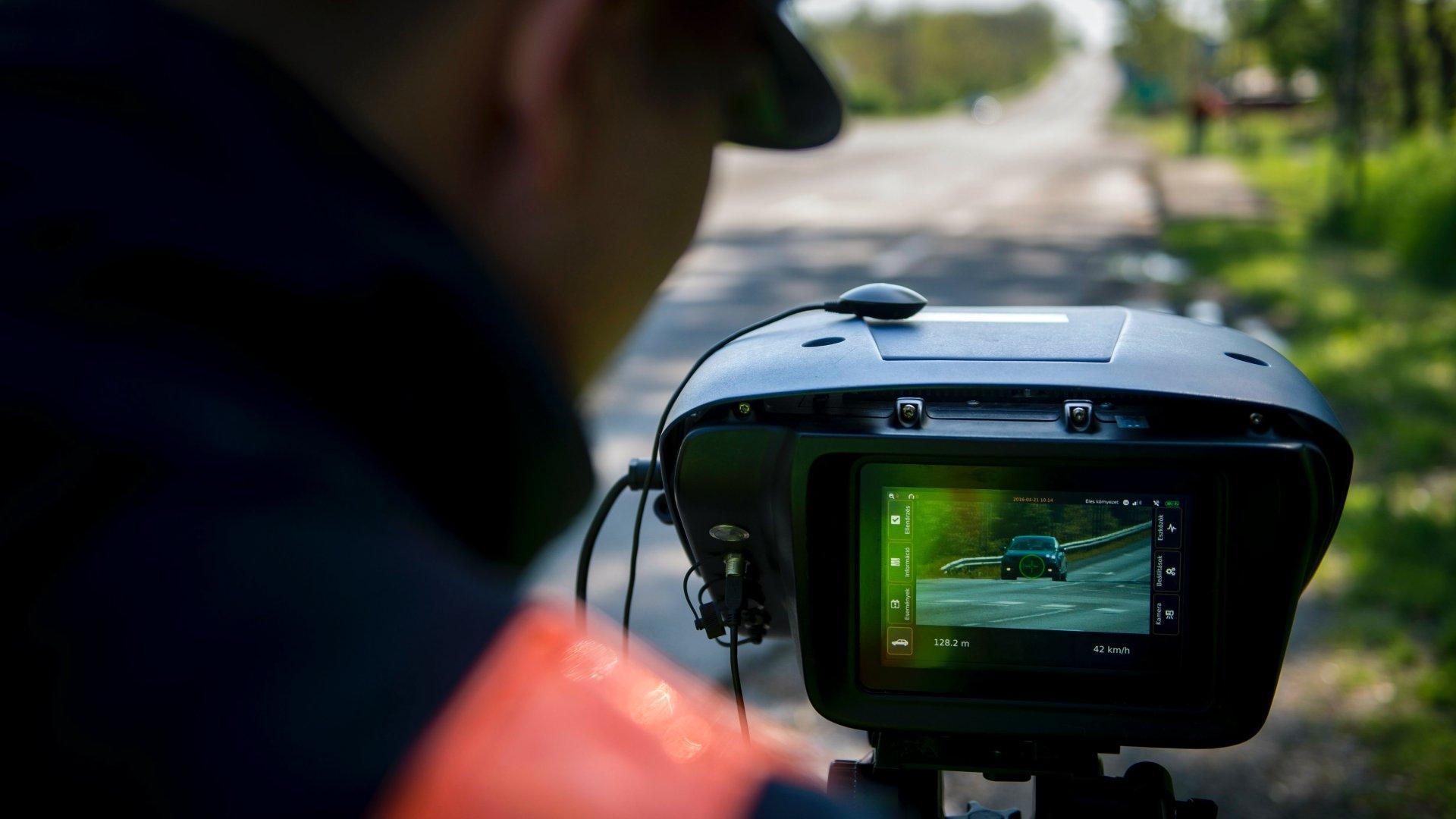 Traffipaxszal ellenőrzi a gyorshajtókat egy rendőr