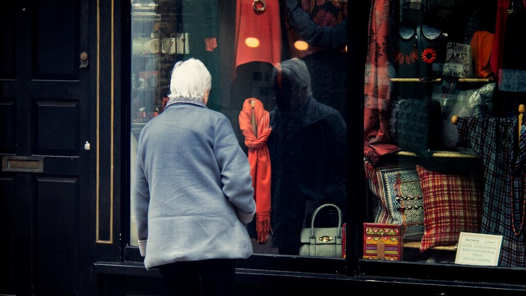 Az idősek vásárlási sávjának felfüggesztésére készül a kormány