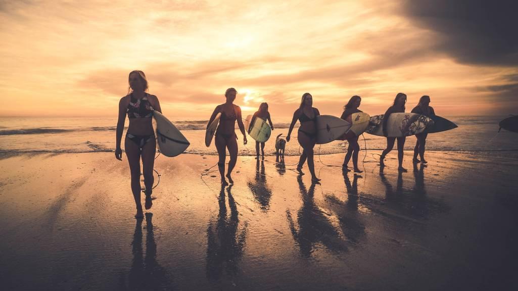 szörfös nők naplementében