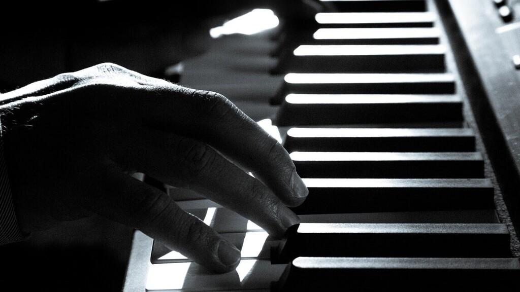 A katona sokak örömére zongorázott (Illusztráció: pexels.com)