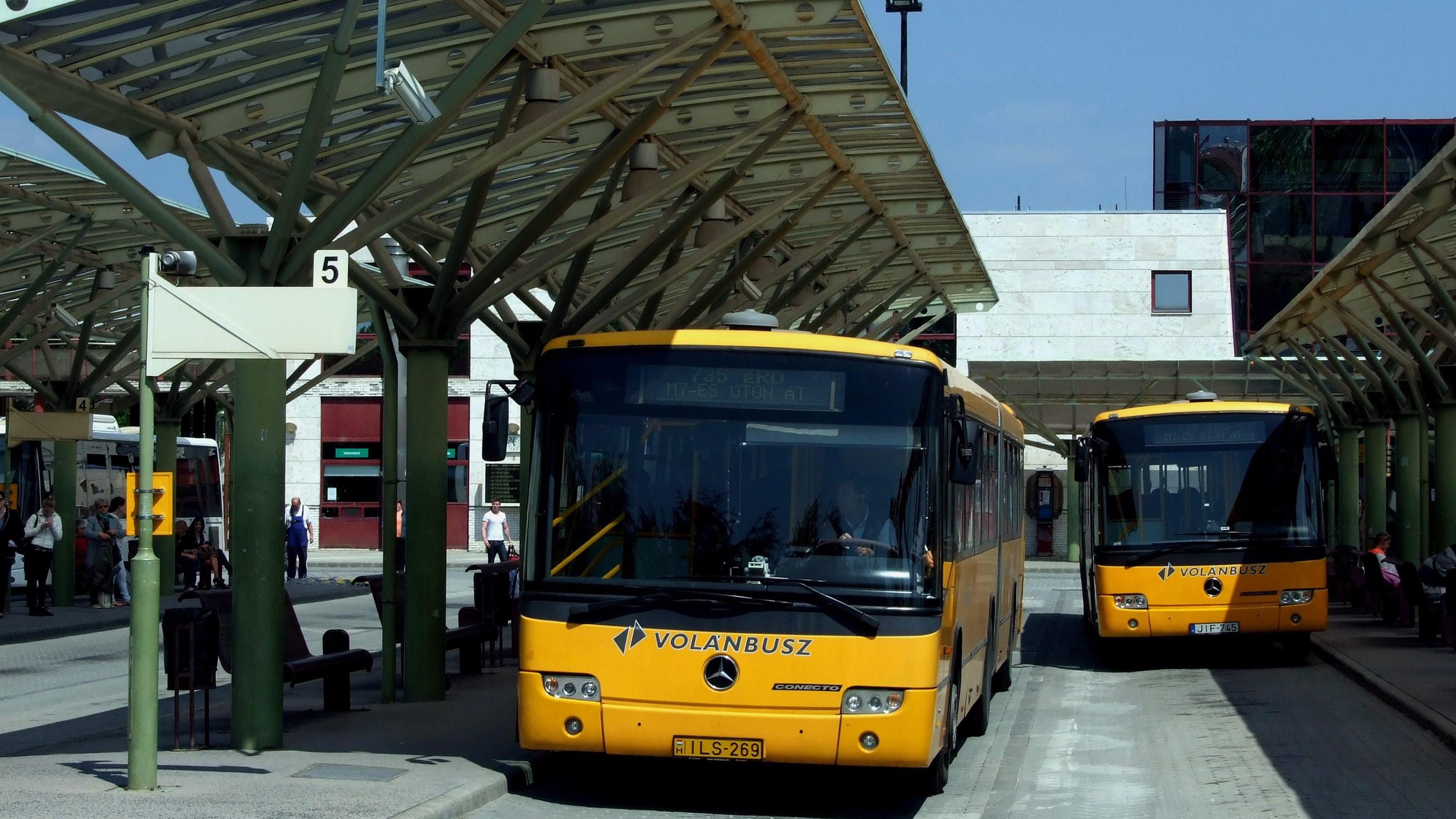 Helyközi járatokon közlekedő autóbuszok várnak indulásra Kelenföldön, az Etele téri Volán Buszpályaudvaron.