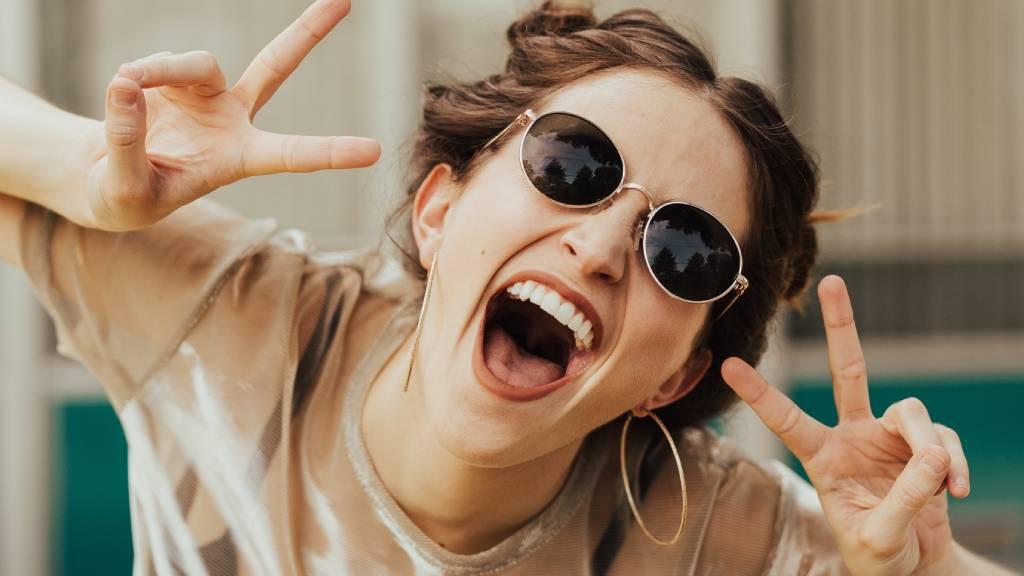 nagyon boldog napszemüveges nő