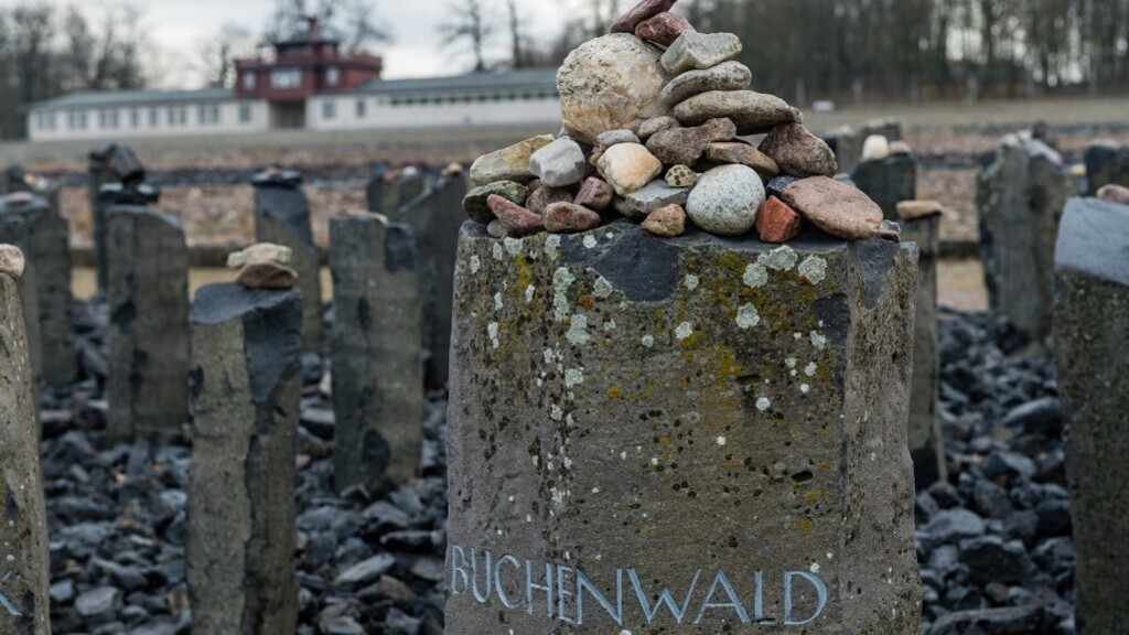 Az egykori tömegsíroknál szánkóztak kirándulók Buchenwaldban