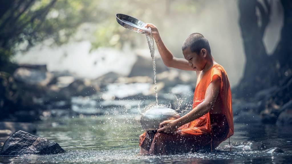 buddhista szerzetes fió vizet önt