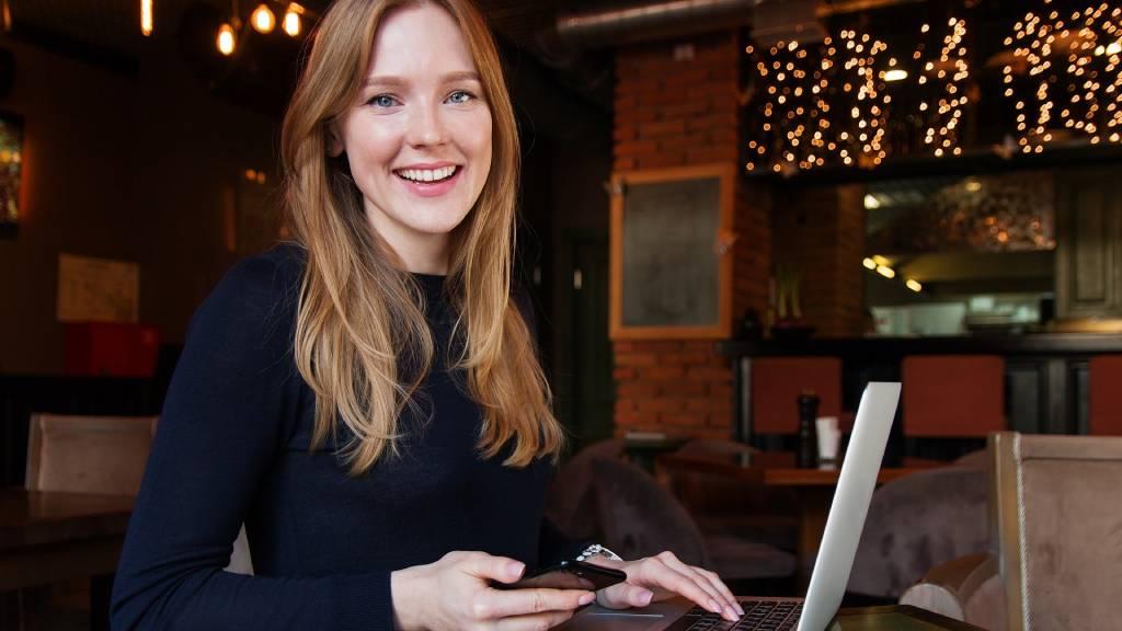 nő laptoppal dolgozik