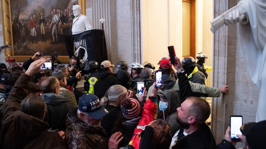 Trump-hívő vandálok betörtek a Capitolium épületébe