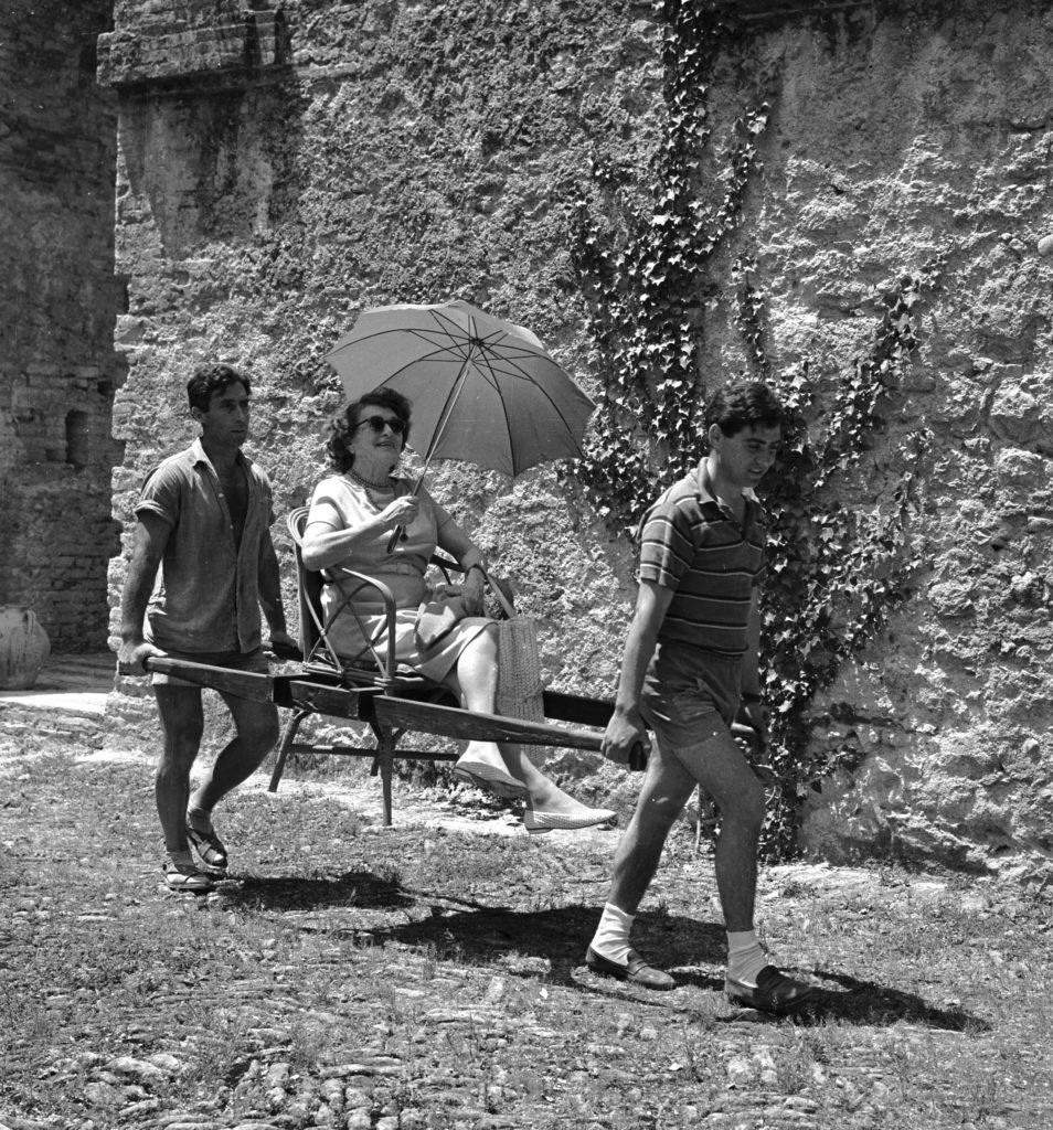 Caresse Crosby hordárokkal cipelteti magát olaszországi birtokán, 1964 körül (Photo by Keystone Features/Getty Images)