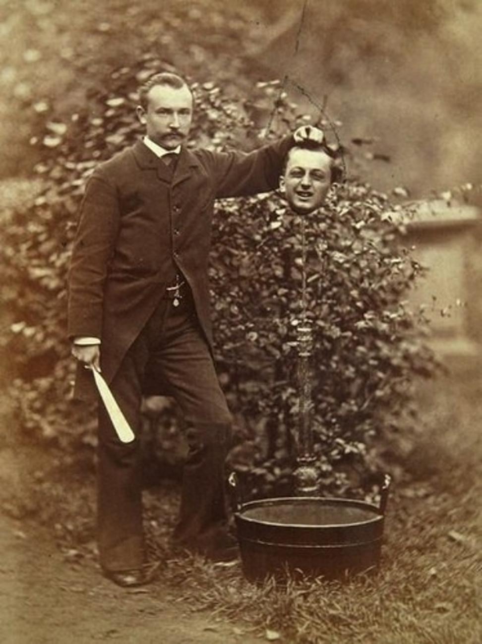Egy úr valaki más - feltehetően a saját fia - fejével a kezében mókázik (fotó: Wikipedia)