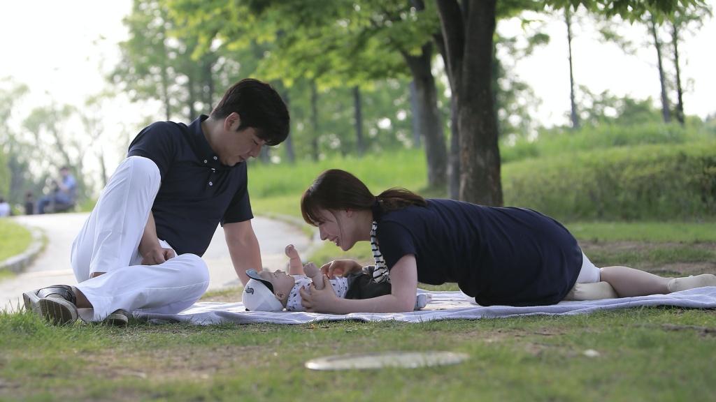 Koreai pár kisgyerekkel a szabadban