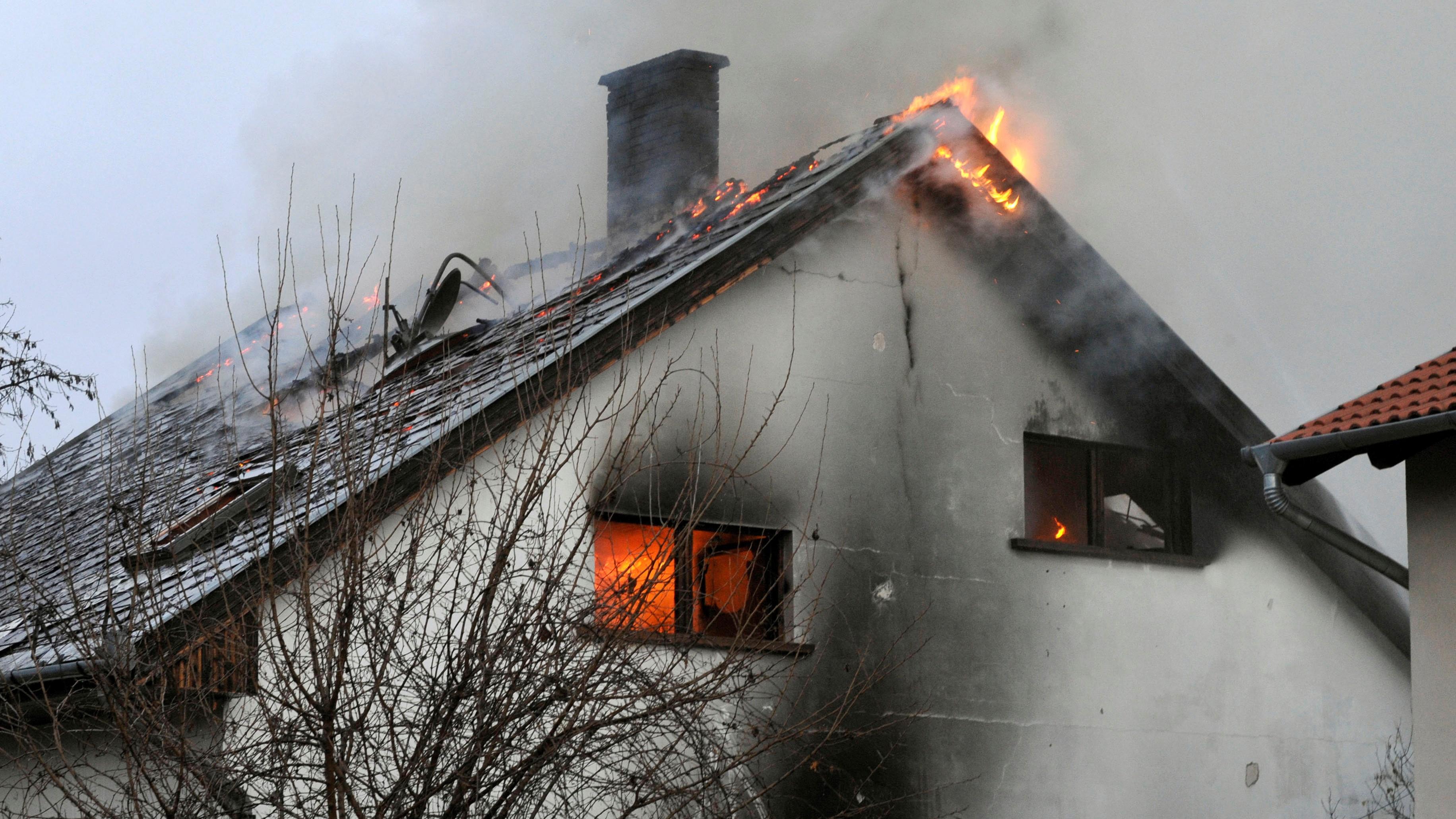 Kigyulladt lakóház Budapest XXII. kerületében. A száz négyzetméteres, kétszintes épület teljes terjedelmében égett, a tűzoltók több gázpalackot is kihoztak az épületből.