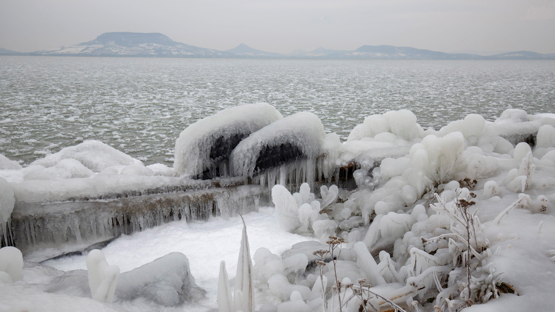 Jégpáncél borítja be a fonyódi Balaton-partot 2018. február 26-án.