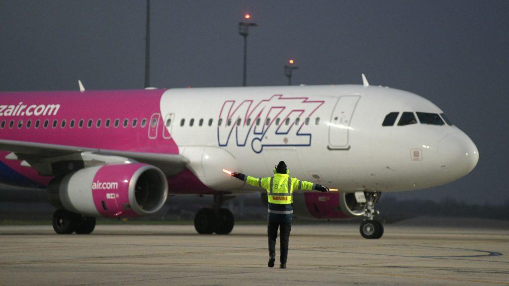 Debrecen, 2020. december 17. A Wizz Air diszkont légitársaság repülőgépe érkezik a Debreceni Nemzetközi Repülőtérerre 2020. december 17-én.