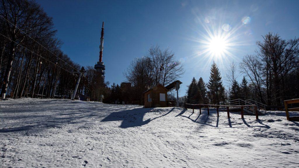 Behavazott hegyoldal a Mátrában a kékestetői tévétoronnyal 2020. március 22-én.