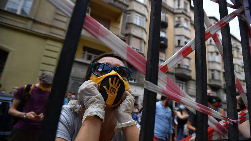 Résztvevő a Színház- és Filmművészeti Egyetem (SZFE) Szentkirályi utcai épületénél az SZFE és a Parlament között szervezett élőláncon 2020. szeptember 6-án. Élőlánccal tiltakoztak az SZFE modellváltása, autonómiájának elveszítése ellen az intézmény hallgatói és szimpatizánsok ezen a napon Budapest belvárosában. Az élőlánc tagjai kézről kézre adták azt a chartát, amelyet délelőtt az egyetem szenátusa írt. A Charta Universitasban rögzítették azokat az alapelveket, amelyek mentén el tudnák képzelni az együttműködést az Innovációs és Technológiai Minisztériummal.