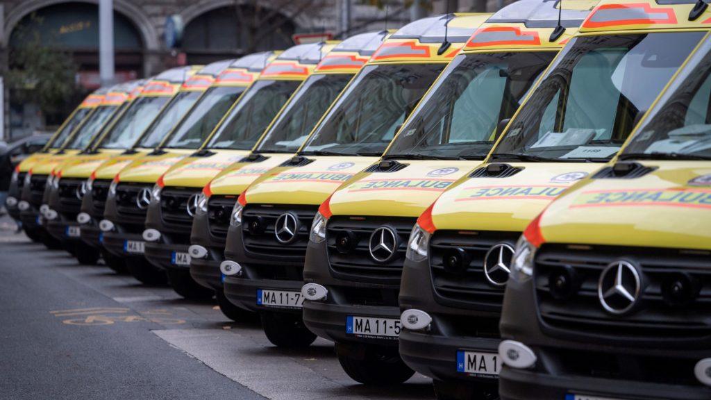 Az újonnan beszerzett negyven mentõautó közül néhány az Országos Mentõszolgálat (OMSZ) Markó utcai központjában 2019. november 25-én.