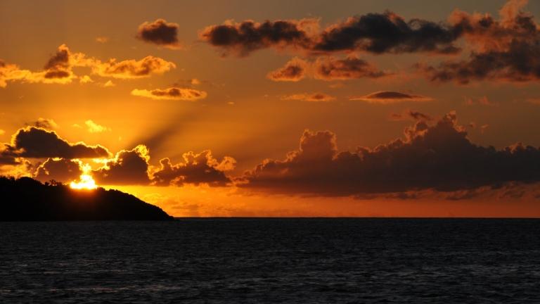 """Egy a számtalan káprázatos napfelkelte közül a Karib-tengeren. """"A legszebb élményem eddig az volt, amikor az Atlanti-óceánon hajóztunk éjjel, és viszonylag csendes volt a tenger, tiszta az ég, és ragyogó csillagok borították be az egész égboltot. A hullámok tetején, ahogy a víz habot vetett, csillogtak a planktonok. Mindent átható nyugalom volt körülöttünk"""" – mesélte Anna. Domi kedvenc emlékei is a csillagokhoz kötődnek. """" A gyerekekkel esténként kifeküdtünk a kabin tetejére, és néztük az eget. Kérdeztek a csillagképekről, és arról hogyan lehet navigálni a segítségükkel. Nagyon jól éreztem magam ilyenkor, és szerintem nekik is meghatározó élmény volt ez, amire sokáig emlékezni fognak."""""""