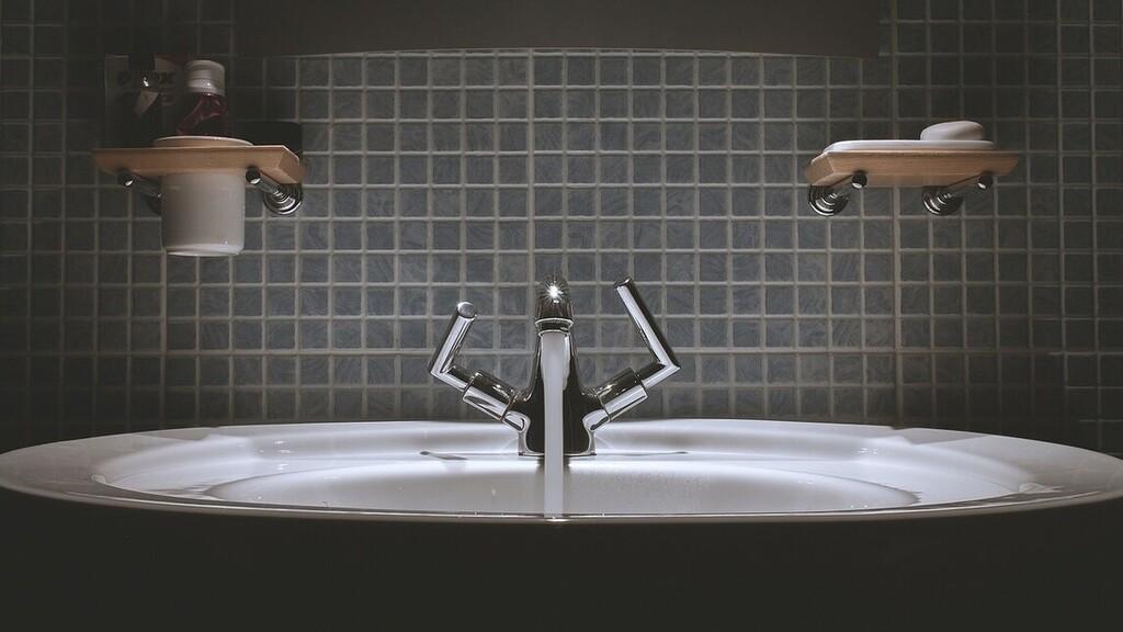 Méteres pitont talált fürdőszobájában egy brit színész