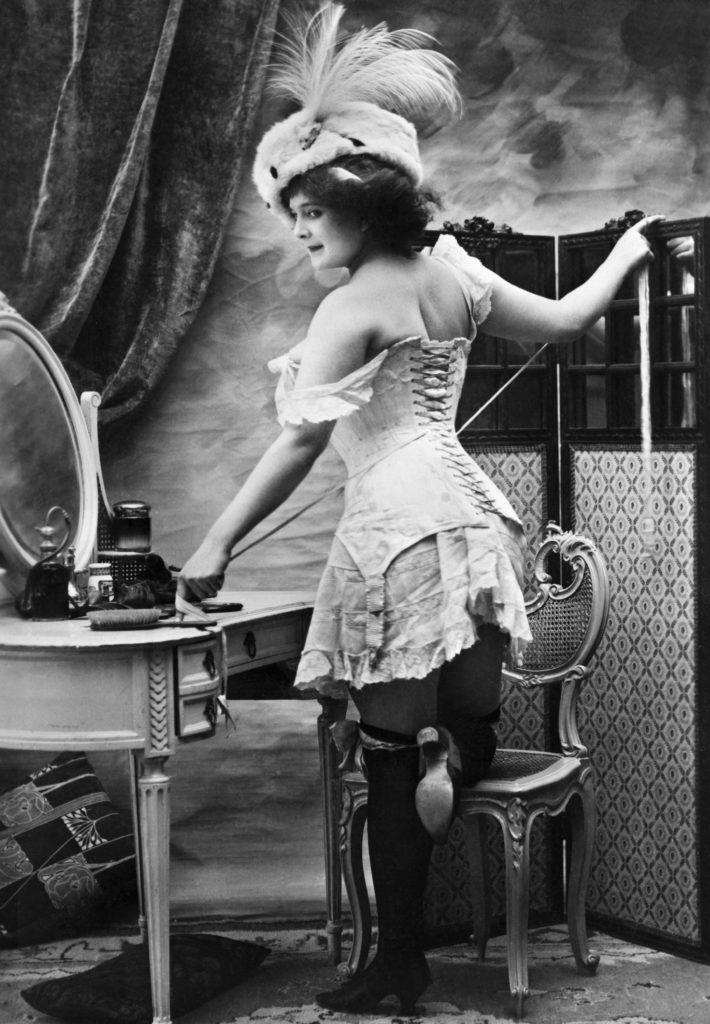 Francia hölgy fűzőben, a századforduló környékén (fotó: Wikipedia)