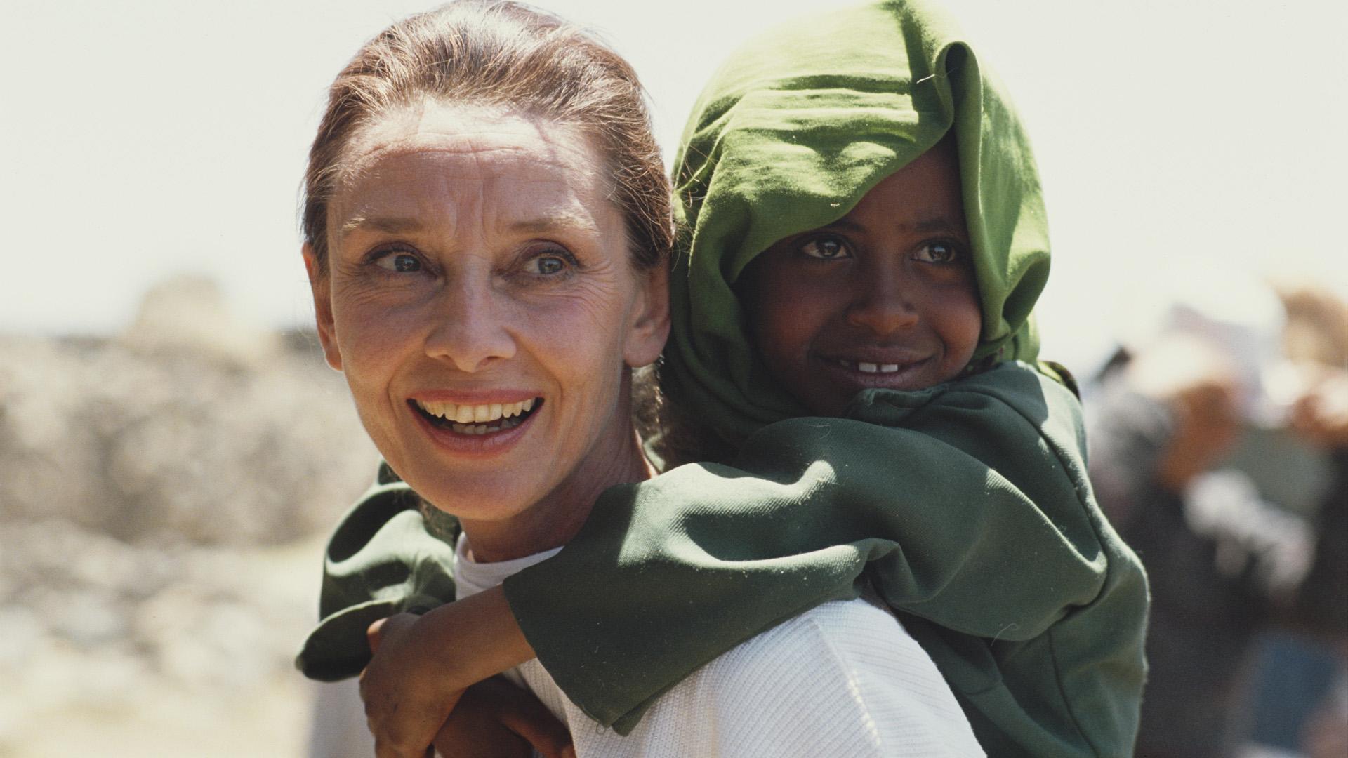 Hepburn George H. W. Bush elnöktől az Elnöki Szabadság-érdemrendet is megkapta humanitárius munkájáért