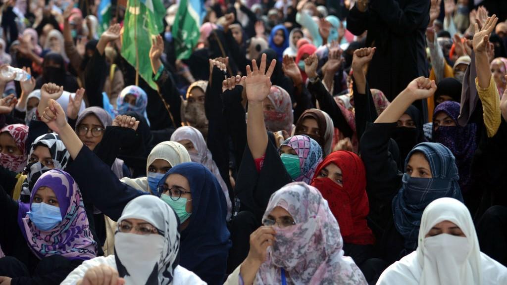 2020 őszén tüntetők vonultak az utcára, miután Lahorban a gyermekei szeme láttára megerőszakoltak egy anyát, akit az autójából rángatott ki két fegyveres férfi.
