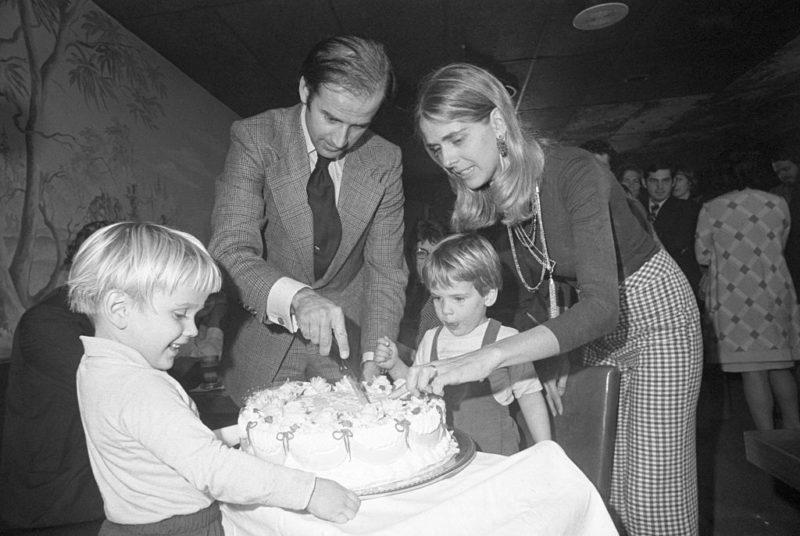 Joe Biden a 30. születésnapján családjával