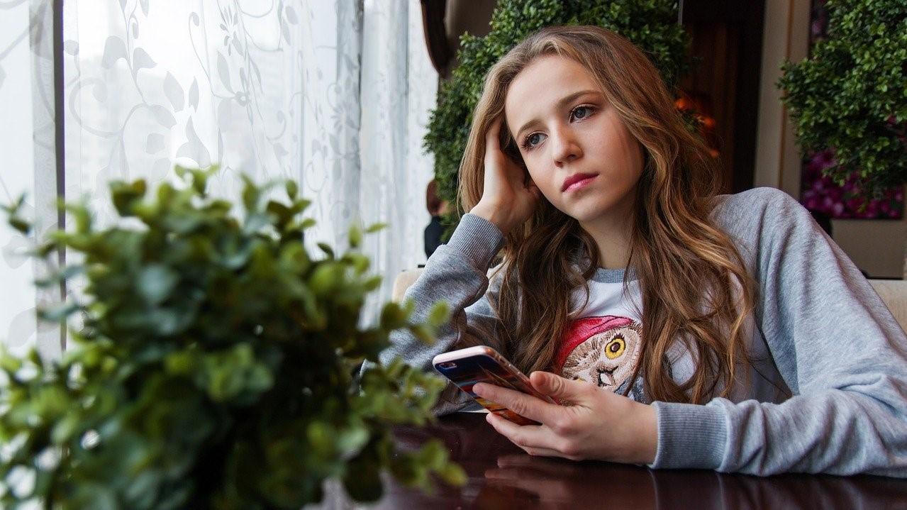 Fiatal nő telefonnal