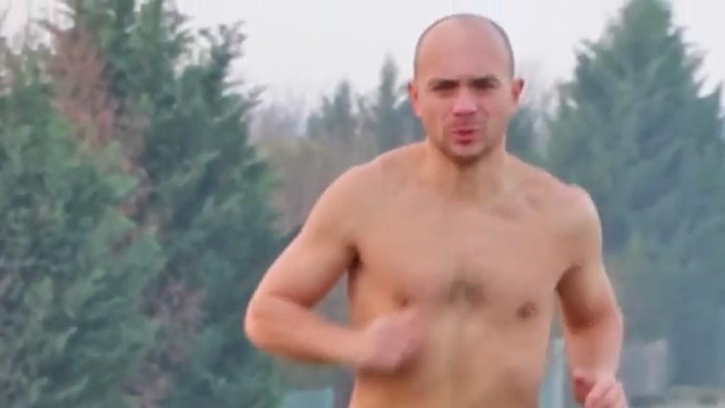 Félmeztelenül fut a magyar Jégember (fotó: YouTube)