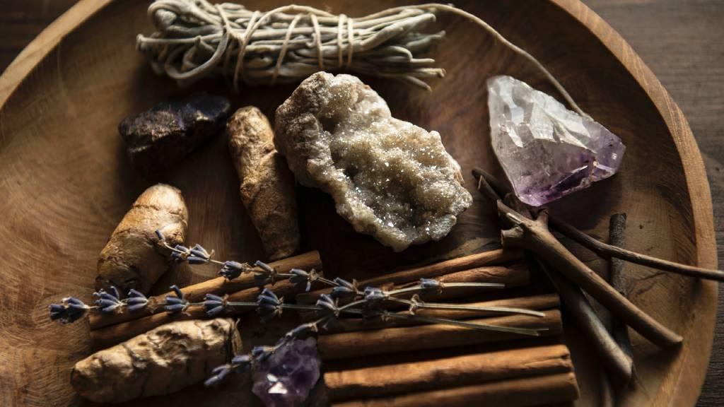 kristályok ásványok gyógynövények egy tálon