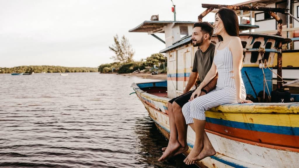 boldog pár egy hajón lógatja a lábát