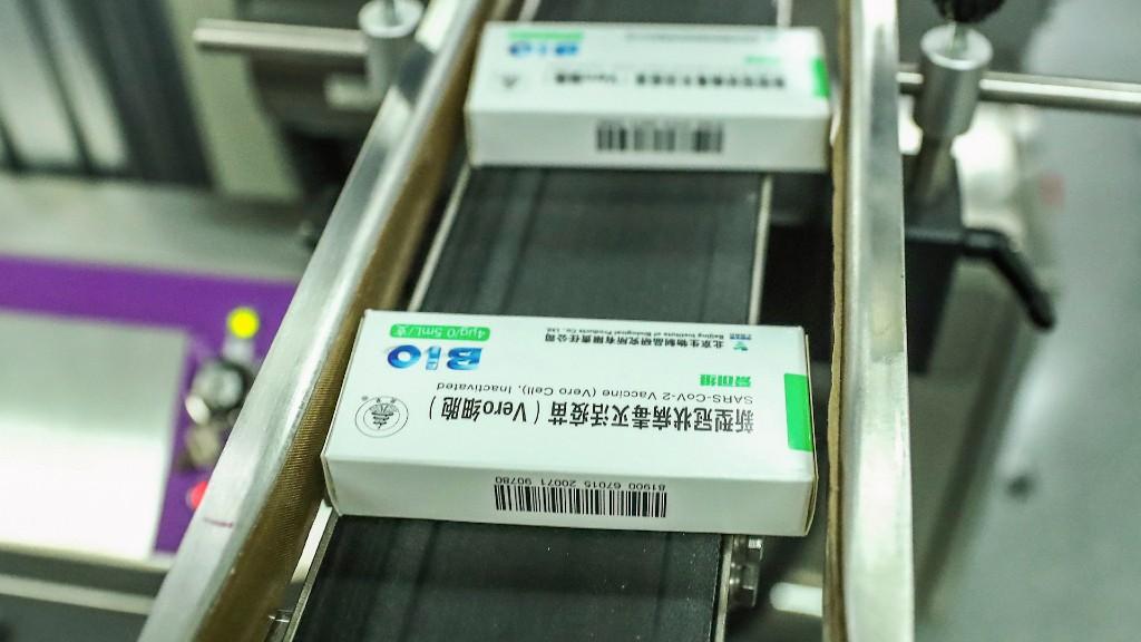 Gyártósoron a Sinopharm vakcinája (fotó: MTI/AP/Hszinhua hírügynökség/Zhang Yuwei)