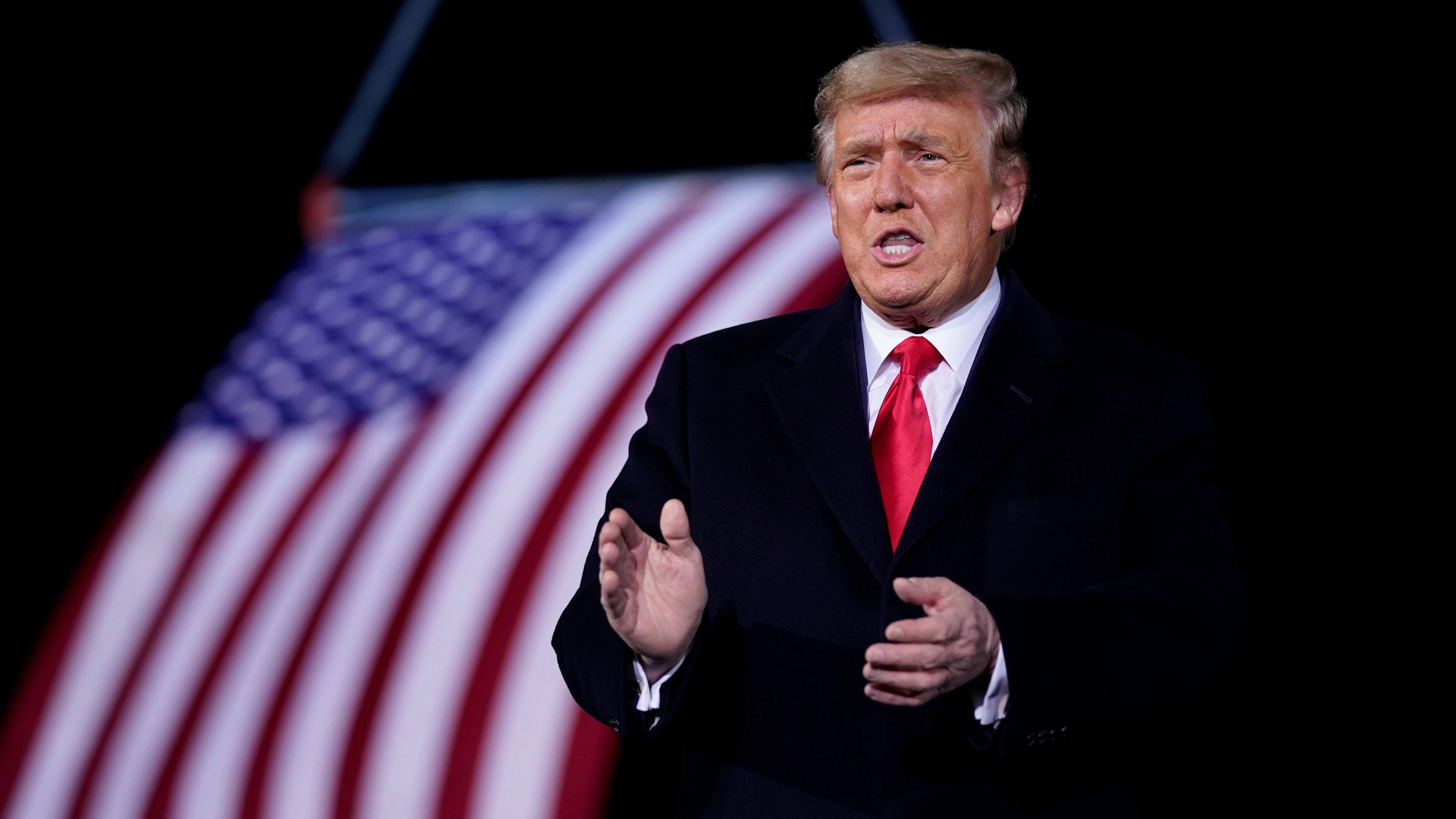 Donald Trump amerikai elnök beszél a Georgia állam hivatalban lévõ republikánus szenátorait, Kelly Loefflert és David Perduet támogató kampányrendezvényen a Georgia állambeli Dalton repülõterén.
