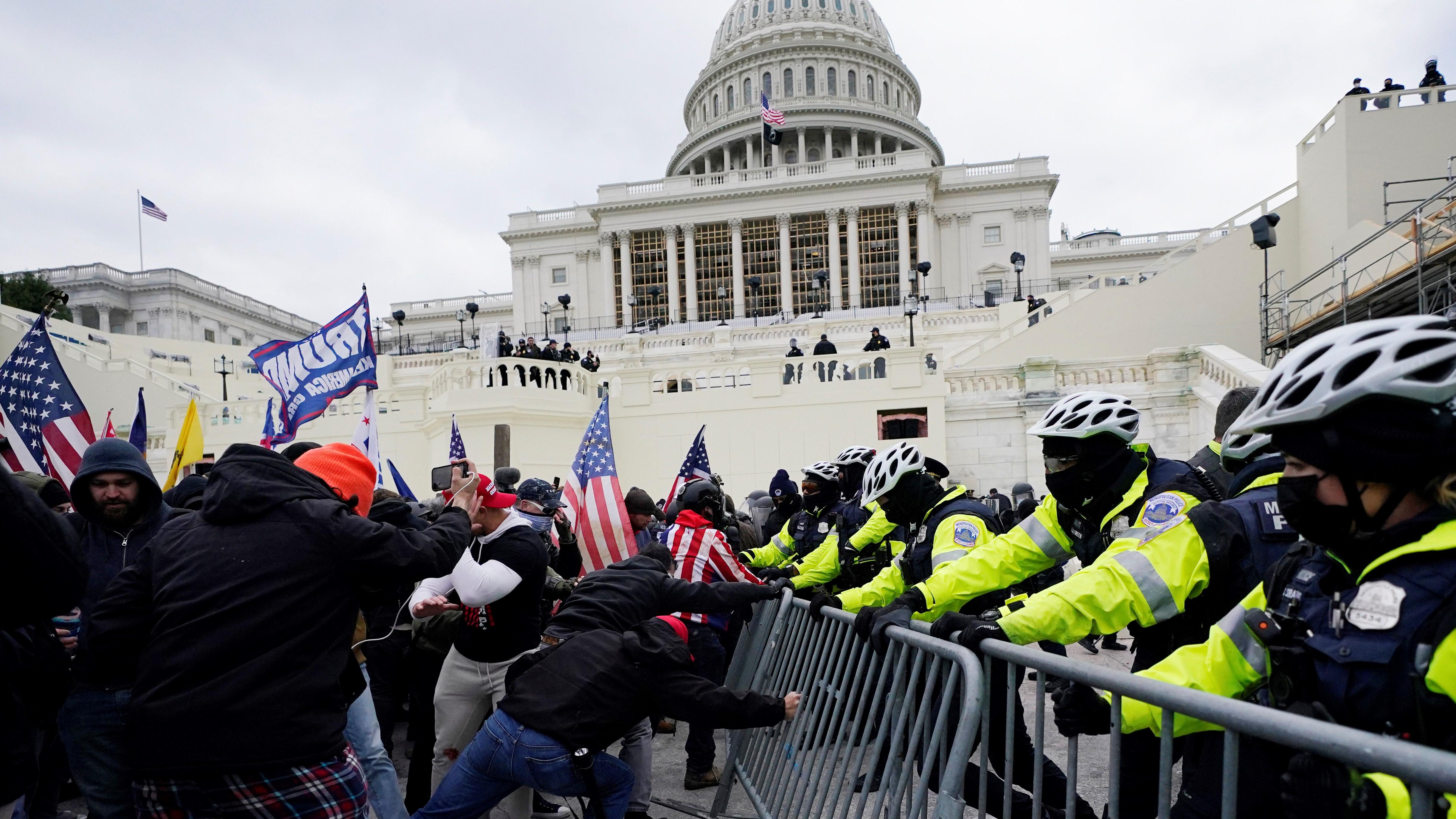 Donald Trump republikánus párti amerikai elnök támogatóinak egy csoportja a rendőrkordont áttörve megpróbál behatolni az amerikai törvényhozás washingtoni épületébe, a Capitoliumba 2021. január 6-án, amikor a kongresszus két háza összeült, hogy hivatalosan is véglegesítse a demokrata párti jelölt, Joe Biden győzelmét hozó november 3-i elnökválasztás eredményét.
