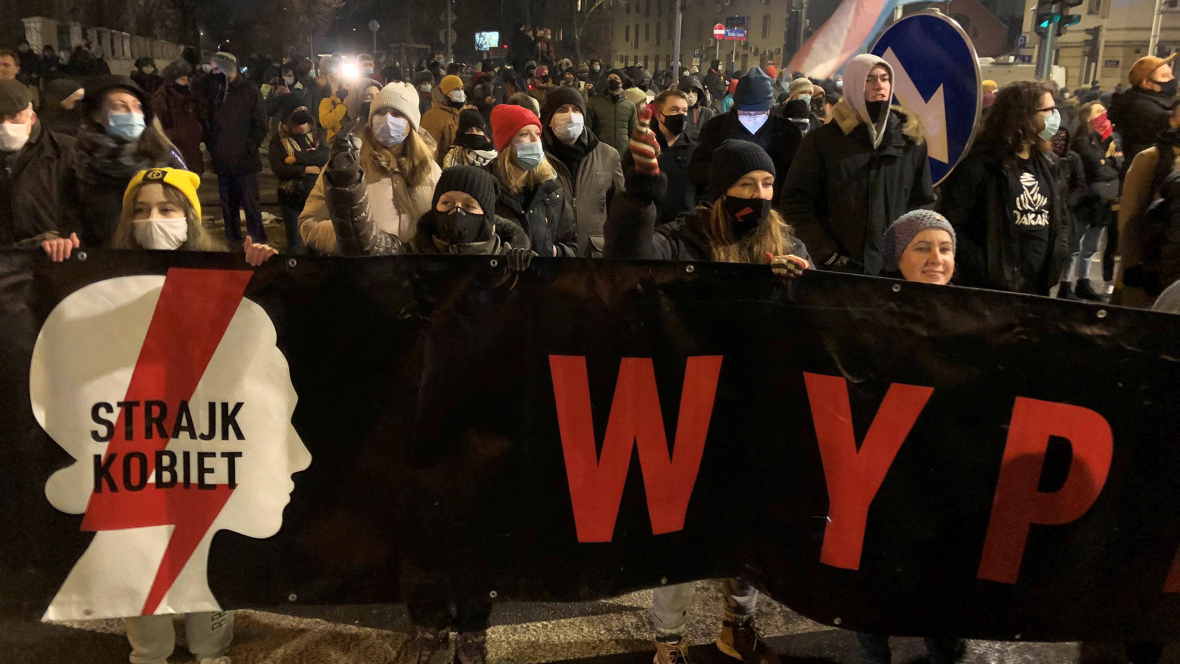 Tüntetõk tiltakoznak az abortusztörvény szigorítása ellen a Jog és Igazságosság Pártja (PiS) székháza elõtt Varsóban 2021. január 27-én.