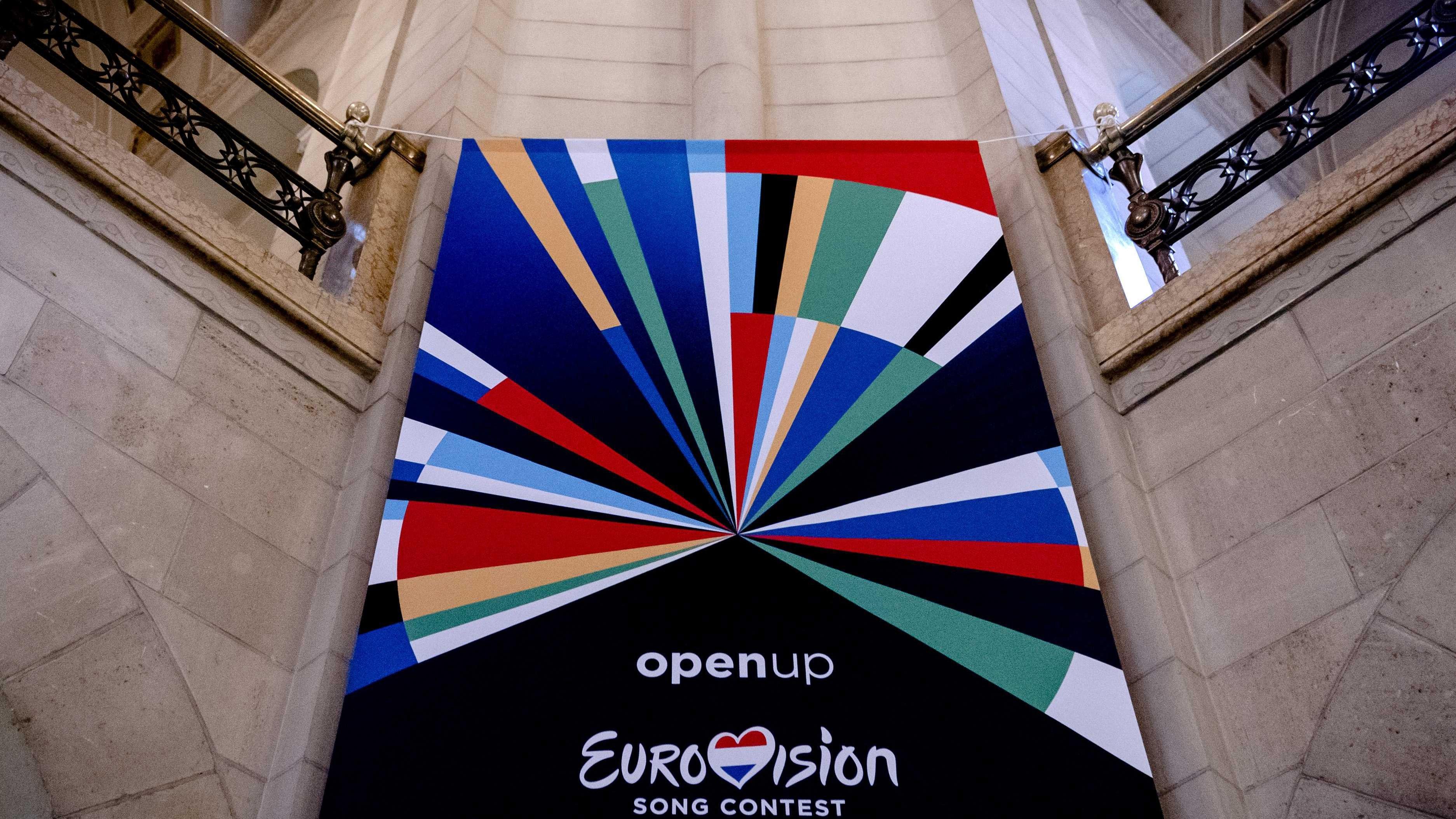 A 2020-as rotterdami Eurovíziós Dalfesztivált hirdető zászló egy rotterdami épületben 2020. január 28-án.