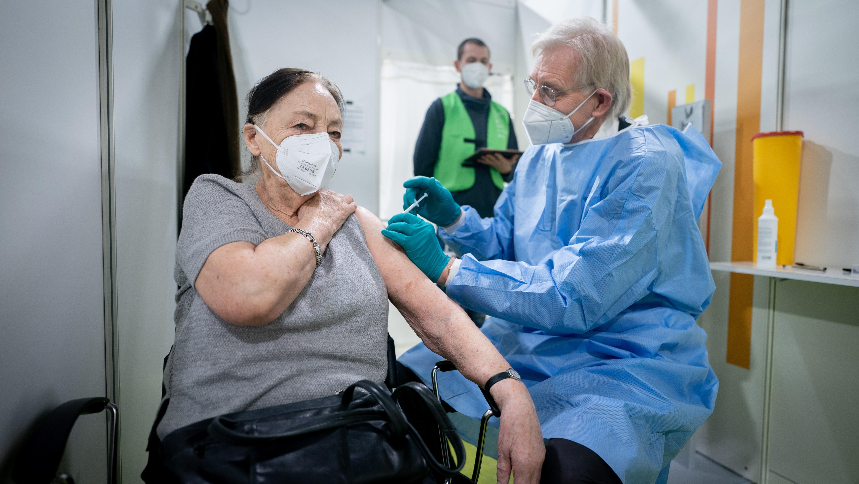 Az új koronavírus elleni vakcinák beadására a német fővárosban másodikként kialakított oltóközpontban, a berlini Erika Hess jégcsarnokban 2021. január 14-én.