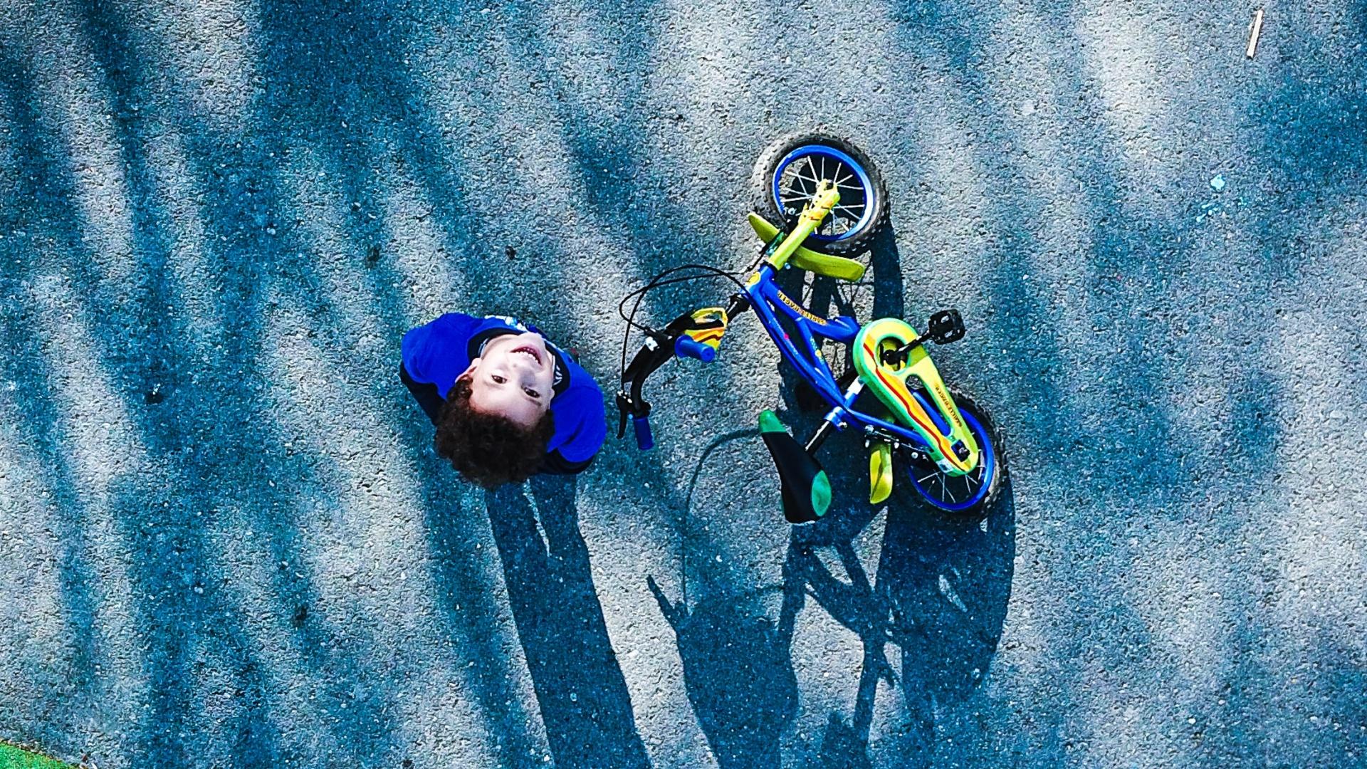 Kisfiú a biciklijével felülnézetben