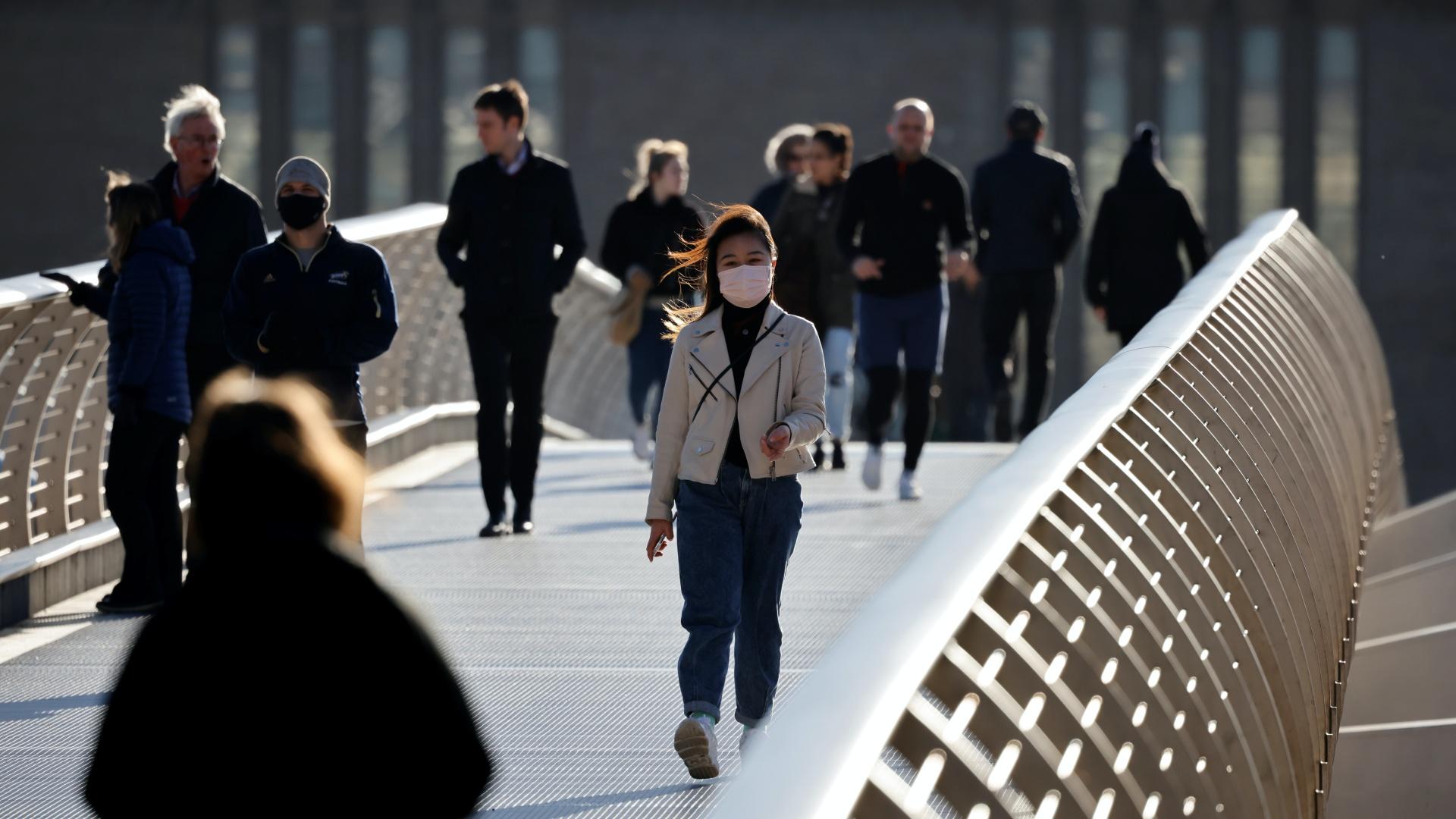 Sétáló emberek Londonban a járvány idején