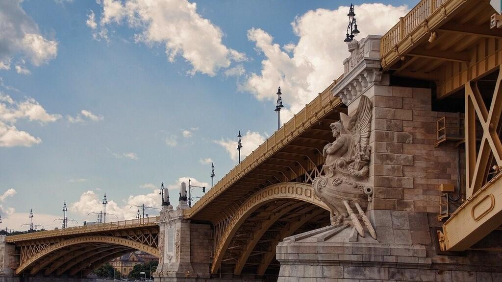 Feladták magukat a Margit híd kőkeresztjeit letörő fiatalok