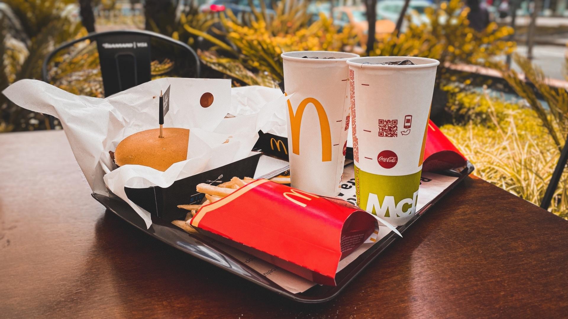 McDonalds-os tálcán poharak