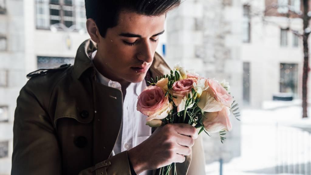 szomorú férfi rózsacsokorral