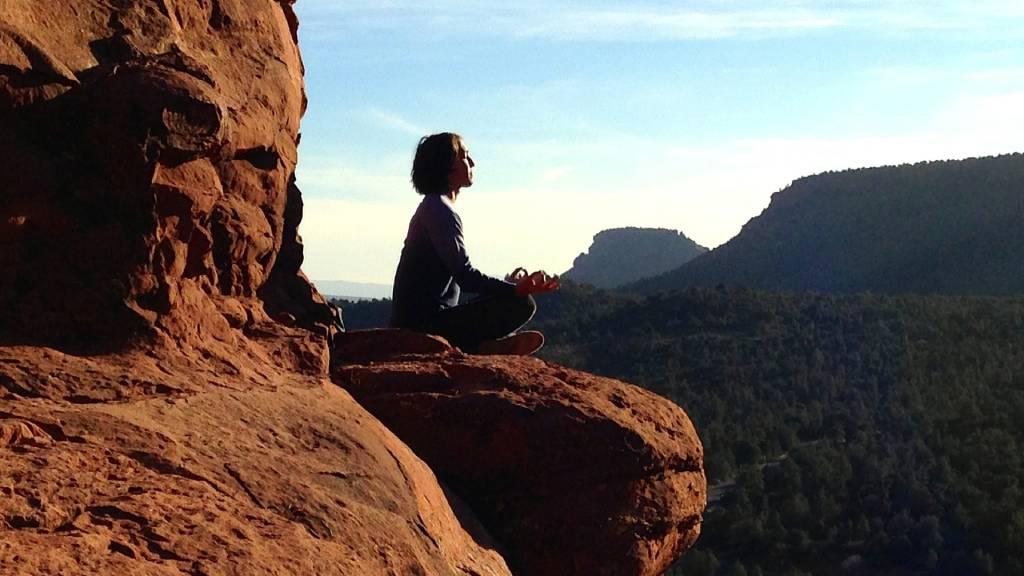 jóga mudra sziklán jógázó nő