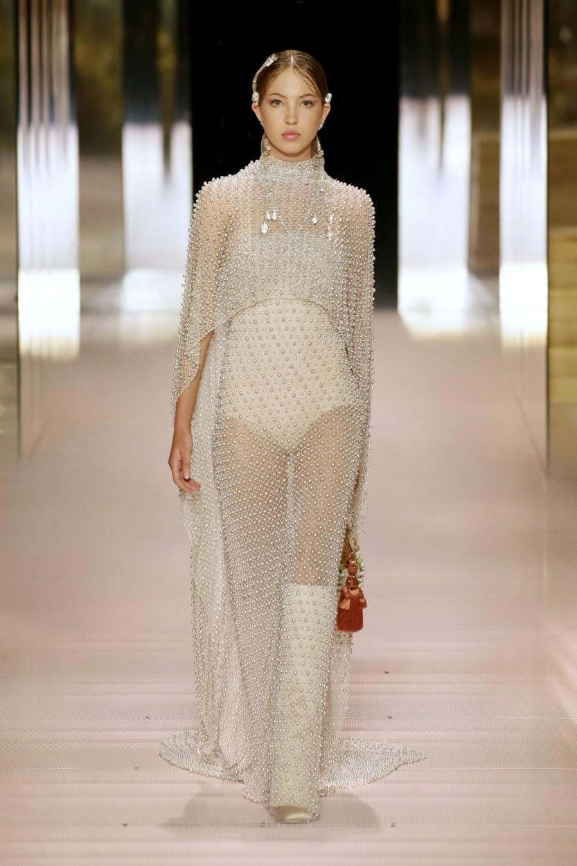 Kate Moss lánya, Lila-Grace Moss a Fendi kifutóján - Haute Couture 2021 tavasz-nyár