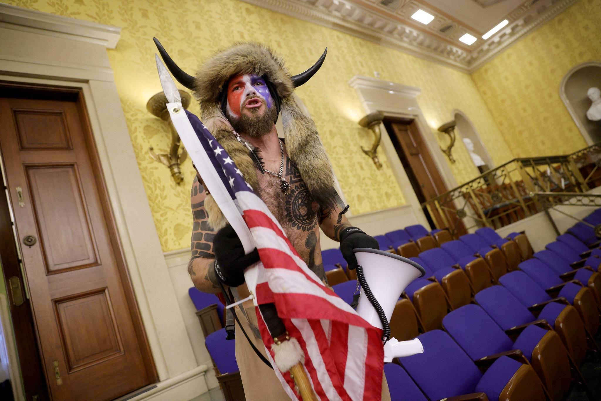 A múlt szerdai események legemblematikusabb figurája, a QAnon-sámán (fotó: Win McNamee/Getty Images)